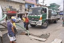 Limpieza de pozos de agua servida en calle Atahualpa