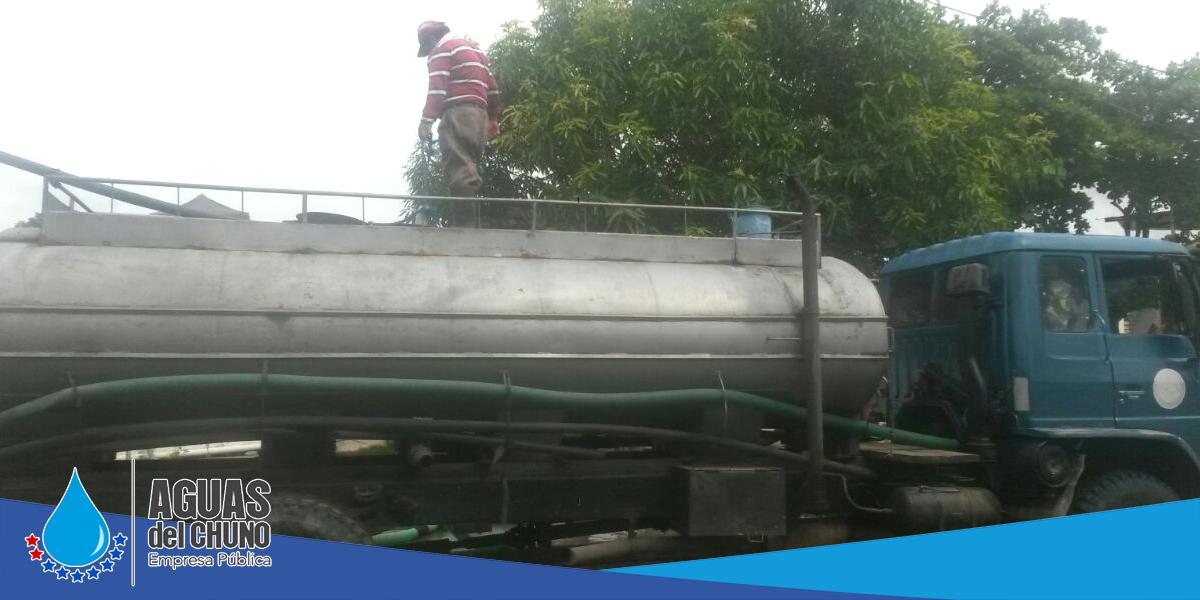 Se sigue repartiendo el agua a los barrios por tanqueros