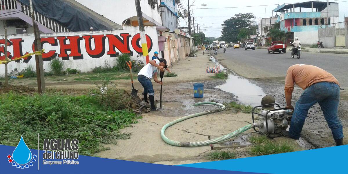 Aguas del Chuno arregla fuga en la avenida Sixto Durán Ballén