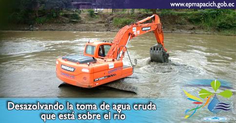Desazolvando la toma de agua cruda que está sobre el río
